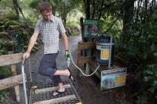 Pirms ieiešanas kauri mežā (un pēc iznākšanas) ar speciālu šķidrumu ir jādezinficē apavu zoles.