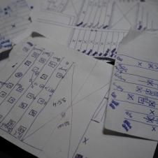 Pirmajās nedēļās (un arī vēlāk negāja viegli) vislielākās galvas sāpes sagādāja bloku nobeigšana ar pilnām kastēm. Lai tiktu ar šo murgaino uzdevumu galā, katrā blokā zīmēju shēmas, skaitīju kokus un rēķināju kastes...