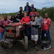 Mana darba komanda. Denis, Basil, Kelson, Peter, Andison, Mosis, traktorists Roberts, Phil, Frexwel, Joseph, Jarrjd. Puiši no Vanuatu salām uz Jaunzēlandi brauc katru gadu. Trīs mēnešus lasa ābolus, trīs mēnešus dara citus darbus un tad pusgadu var atkal pavadīt mājās pie ģimenēm. Vanuatu salās minimālā alga esot 2 dolāri stundā. Šeit 15. Ir atšķirība. Ja dienā spēj salasīt vidēji sešas kastes (reizēm arī deviņas un desmit), tad nopelnītā naudiņa ir iespaidīga, jo par kasti maksā 30 dolārus.