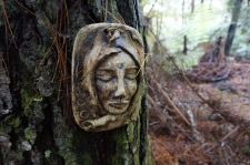 Kāds mākslinieku pāris mežā ierīkojuši skulptūru taku.