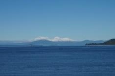 Pāri Taupo ezeram skaidrā laikā redzams šobrīd sniegotais Tongariro.