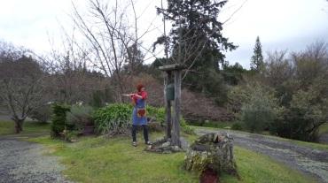Teritorijas centrā atrodas gongs, kurš tiek iezvanīts pirms katras ēdienreizes - gan viesiem, gan brīvprātīgajiem tas ir aicinājums doties uz virtuvi.