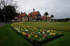 Rotorua kultūras un vēstures muzejs. Pat ziemas vidū šeit puķes.