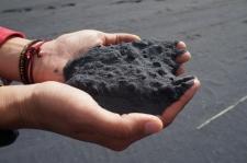 Smiltis šajās pludmalēs pavisam melnas.