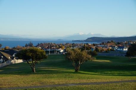 Skats uz Tongariro no Taupo pilsētas.