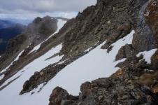 Otrā diena. Laikam skarbākais posms. Taka ved pari šim sniega klajumam. Bet slīpuma dēļ nācās līst pa klintiņām virs sniega.