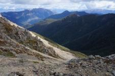 Otrā diena. Esmu tikko pieveikusi vēl vienu ekstrēmu kāpienu beznosaukuma virsotnē uz Z no Rintoul kalna. Akmeņi šeit nestabili. Nogāze stāva. Nepatīk man šādas vietas, kad uz pleciem smaga mugursoma. Toties augšā ainava skaista...