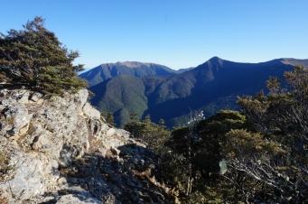 Trešā diena. Izkāpjot uz kores ainava nedaudz atgādināja Korsikas dienvidaļu uz GR20.