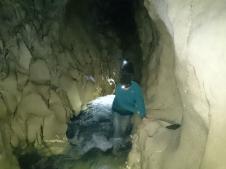 Cave Stream. Stiprajā straumē grūti pārvietoties bez turēšanās pie alas sienām.