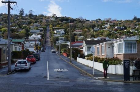 Baldvina iela. Tā esot pasaulē stāvākā iela. Ielas sākums vēl izskatās cerīgi. Bet tālāk tā uzved tik stāvā kalnā, ka gājējiem ietves vietā ierīkotas kāpnes. Novērojām arī pāris mašīnas, kas brauca gan augšup, gan lejup pa šo ielu. Motoram un bremzēm šeit jābūt spēcīgām...