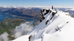 The Remarkables. Kontrasts fantastisks. Īsti sniegota alpīna vide ar sulīgi zaļiem pakalniem zemāk un pilsētu tālu zem kājām...