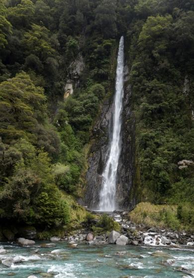 Gandrīz 100 metrus augstais Thunder Creek Waterfall