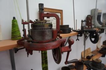 Hokitika - zeķu pilsēta. Veikaliņā ievietota vēsturisko un ne tik vēsturisko zeķu adāmmašīnu kolekcija.