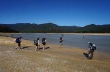 Awaroa Estuary. Stunda līdz bēgumam. Ūdens pamazām atkāpjas.