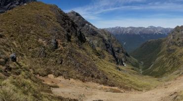 Skats no Dore Pass uz DA. Kaut kur no tiem mežiem izrāpāmies...