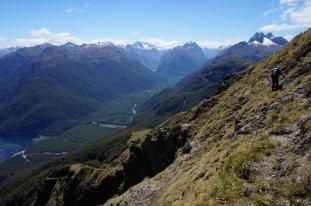 Uzreiz aiz pārejas traverss pa kalna nogāzi. Jātiek garām stāvajām klintīm, tad varēs sākt nokāpienu.