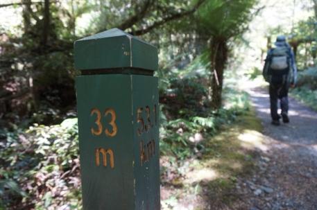 Pēdējais kilometra stabiņš. Šeit gan vēl saglabājušās jūdzes - Jaunzēlande reiz bija Anglijas kolonija.